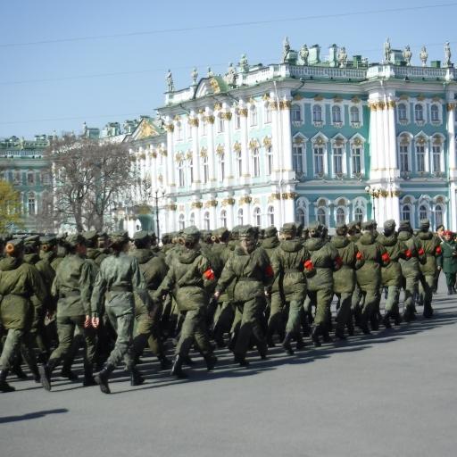 prvomajska parada pred Ermitražem v Sankt Petersburgu