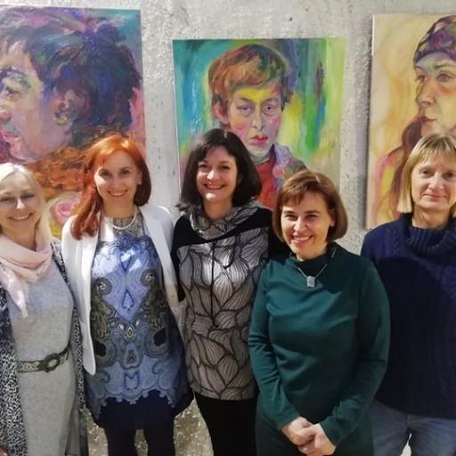 Otvoritev samostojne pregledne razstave V knjižnici Mirana Jarca v Novem mestu , marec 2020. Ob meni sošolke iz gimnazije.